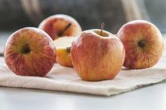 在表的成熟红色苹果 图库摄影