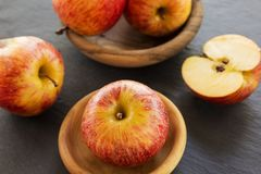 在表的成熟红色苹果 免版税图库摄影