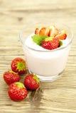 在表的新鲜的鲜美草莓酸奶震动点心 库存照片