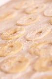 在表的未成熟的油炸圈饼用面粉 免版税库存图片