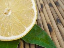 在表的柠檬 免版税库存图片
