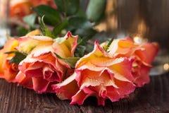 在表的橙色玫瑰 库存照片