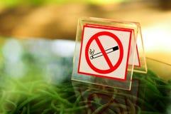 在表的没有抽烟的金属符号 库存照片