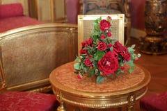 在表的红色玫瑰 免版税库存照片
