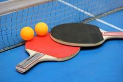 在表的网球拍 免版税库存照片