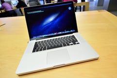 在表的Apple Macbook赞成视网膜 免版税库存图片