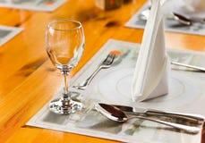 在表的Glasse和牌照在餐馆 免版税库存照片