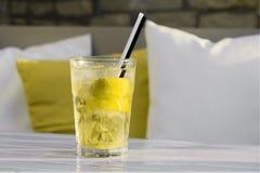 在表的Mojito鸡尾酒在低玻璃 免版税图库摄影