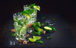 在表的Mojito鸡尾酒 免版税库存图片