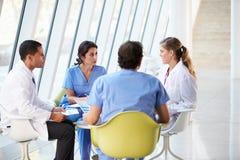 在表附近的医疗队会议   免版税库存照片