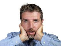 在衬衣和领带的商人30s或40s有在惊奇和震动面孔表示张的嘴的怀疑地看对照相机 免版税库存照片