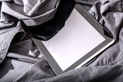 在衬衣的片剂个人计算机 免版税库存图片