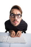 在衬衣的被聚焦的商人使用计算机 库存照片