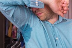 在衬衣的满身是汗的斑点由于热、忧虑和diffid 库存照片