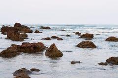 在衰退的多岩石的海滩-商品海滩, Ganpatipule,拉特纳吉里,印度 免版税图库摄影