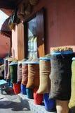 在袋子和草本卖的香料在一家小商店在摩洛哥 免版税库存照片