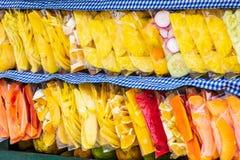 在袋子的切的果子在街道推车,危地马拉 库存照片