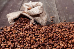 在袋子的咖啡豆用咖啡豆填装了 库存图片