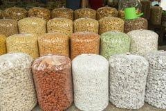 在袋子的坚果在市场上在老雅加达 免版税库存图片