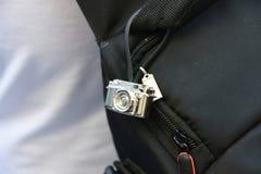 在袋子的小照相机 免版税库存照片