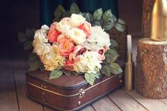 在袋子的柔和的婚礼花束 库存照片