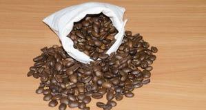 在袋子的烤咖啡豆 图库摄影