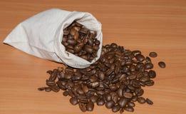 在袋子的烤咖啡豆 库存照片