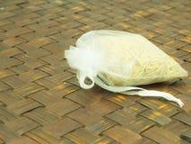 在袋子的米在木织法 免版税库存图片