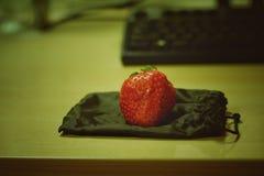 在袋子的草莓 免版税库存图片