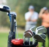 在袋子的高尔夫俱乐部在高尔夫球场 免版税库存图片