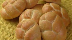 在袋装的背景的新鲜的麦子小圆面包 股票视频
