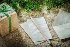 在袋装的backgr的杉树分支手工制造礼物盒纸铅笔 免版税库存图片