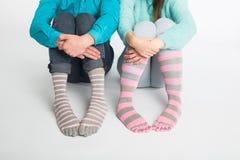 在袜子的华伦泰` s天概念-男性和女性腿 库存照片