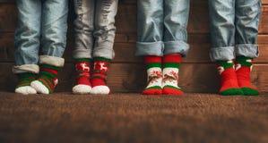 在袜子的脚与圣诞节装饰品 库存照片