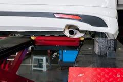 在被修改的汽车围巾在车库的过程中 免版税图库摄影