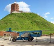 在被修理的山附近的建筑机械 免版税图库摄影