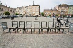 在被修补的街道上的石椅子在艺术设施 免版税库存图片