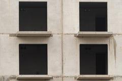 在被修造的大厦的空的窗口 免版税图库摄影