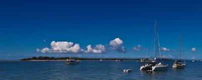 在被停泊的小船海岛附近 免版税库存图片