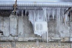 在被冰的墙壁上的空调 库存图片
