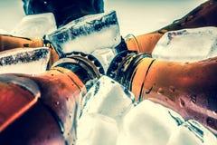 在被冷藏的冰块的苏打玻璃瓶 图库摄影