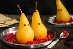 在被击碎的莓的水煮的梨,被提出作为鬼魂 免版税库存照片