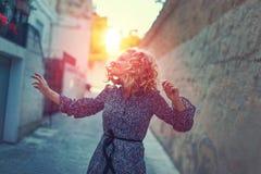 在被分级的街道上的愉快的无忧无虑的妇女跳舞 免版税库存图片