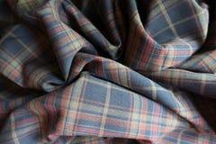 在被制服的颜色的被装饰的厚实的格子花呢披肩织品 免版税库存图片