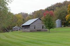 在被割的草坪的老农舍 库存照片