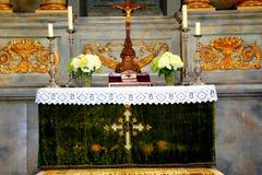 在被加强的中世纪撒克逊人的教会里面在Cristian 图库摄影