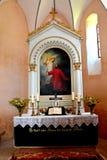 在被加强的中世纪撒克逊人的教会里面的法坛在Cinsor-Kleinschenk,锡比乌县 免版税库存图片