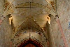 在被加强的中世纪教会里面在金巴夫(Weidenbach),特兰西瓦尼亚 图库摄影