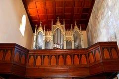 在被加强的中世纪教会里面的器官在Malancrav,特兰西瓦尼亚 图库摄影