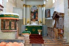 在被加强的撒克逊人的中世纪教会里面在村庄Viscri,特兰西瓦尼亚 库存图片